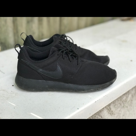 the best attitude baeb1 dcaa8 BLACK NIKE ROSHES SIZE 6.5Y (WOMENS 8-8.5)